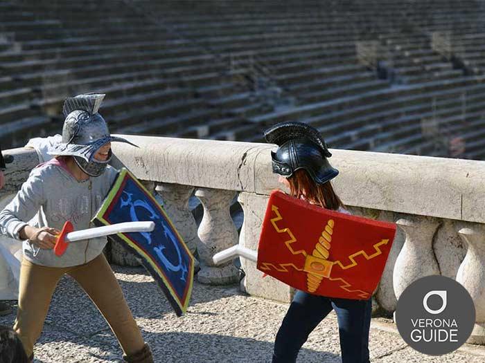 ragazzi che giocano ai gladiatori in arena