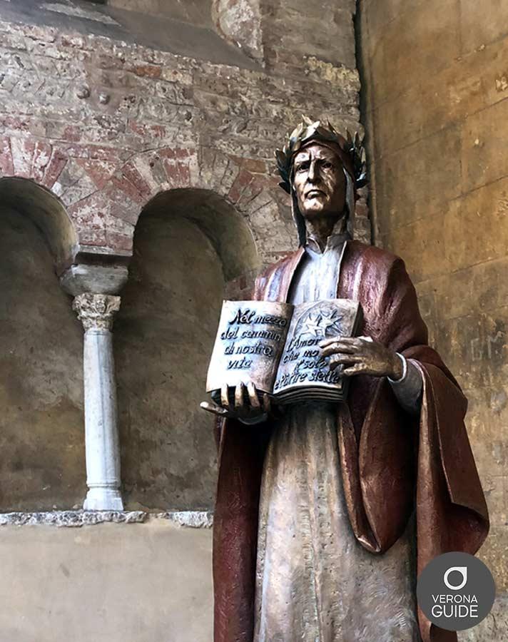Statua in bronzo di Dante a Verona