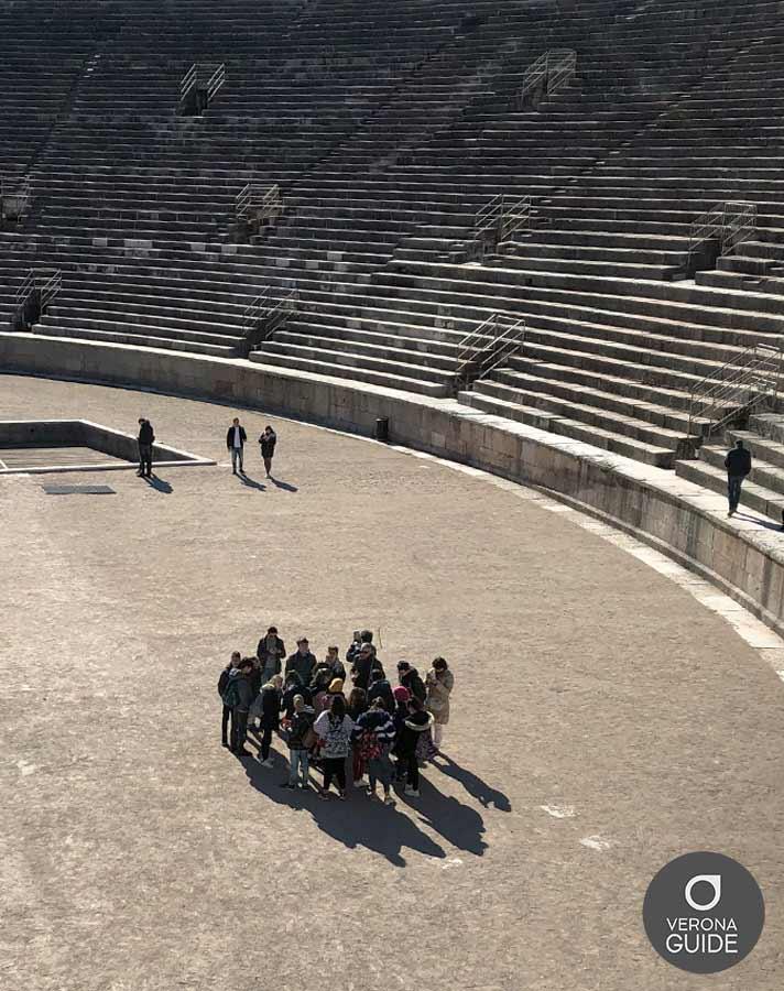 ragazzi in gita all'interno dell'Arena