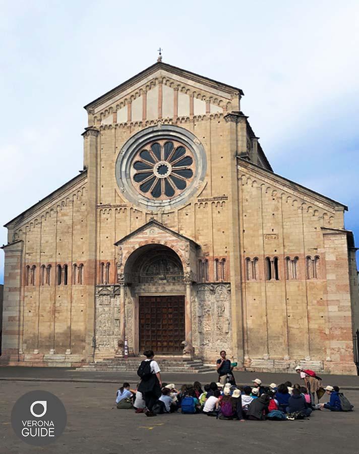 studenti in gita seduti davanti alla chiesa di san zeno a verona